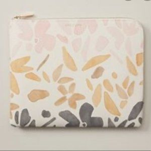NWOT LOVE AND LORE ON THE GO POUCH MALTA FLORAL